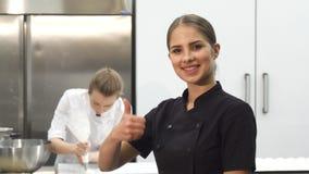 微笑显示赞许在厨房的愉快的女性厨师 股票视频