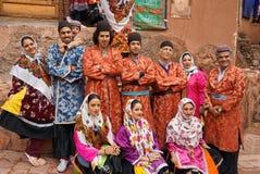 微笑未知的人在Abyaneh村庄拍摄照片, 免版税库存照片