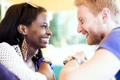 微笑浪漫的夫妇,当调查每其他注视时 免版税图库摄影