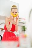 微笑用香蕉的愉快的十几岁的女孩 免版税库存图片