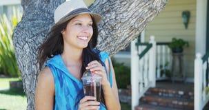 微笑由树的逗人喜爱的混合的族种妇女 库存图片