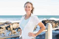 微笑由海的偶然妇女 免版税库存图片