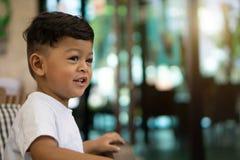 微笑画象逗人喜爱的矮小的亚裔男婴 库存照片