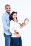 微笑的丈夫画象有拿着三原色圆形图的妻子的 库存照片
