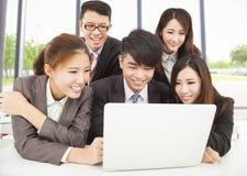微笑的专业亚洲事务在办公室合作工作 库存图片