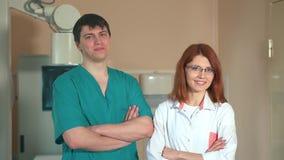 微笑的两医生画象满意与他的工作在X-射线屋子 股票录像