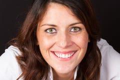 微笑的中年30岁的妇女 免版税库存图片