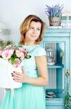 微笑的中间妇女画象有篮子或玫瑰的 库存图片
