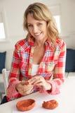 微笑的中间年龄妇女黏土塑造 免版税库存照片