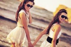 微笑的二妇女 图库摄影