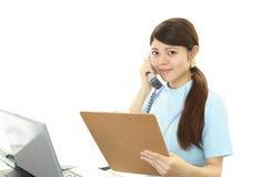 微笑的亚裔女性护士 库存图片
