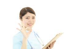 微笑的亚裔女性护士 免版税库存图片