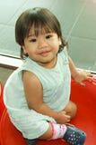 微笑的亚裔女婴 库存照片
