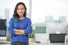微笑的亚裔妇女在办公室 图库摄影