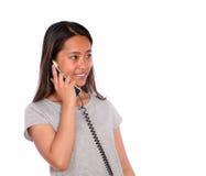 微笑的亚洲少妇交谈在电话 图库摄影