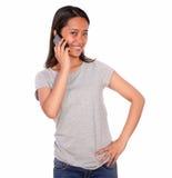 微笑的亚洲少妇发表演讲关于手机 免版税库存图片