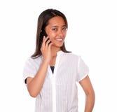 微笑的亚洲少妇发表演讲关于手机 库存照片