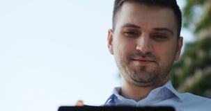 微笑的人商人律师医治经理程序员使用他的在街道片剂的办公室工作者垫 影视素材