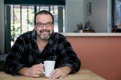 微笑的人喝他的早晨咖啡 免版税图库摄影