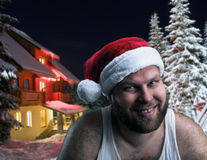 微笑的人在圣诞老人帽子 免版税库存图片