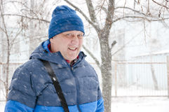 微笑的人在多雪的冬天 库存照片