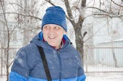微笑的人在多雪的冬天 库存图片