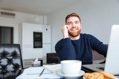 微笑的人在家谈话在电话 库存图片