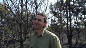 微笑的人在森林里,乐观主义者 影视素材