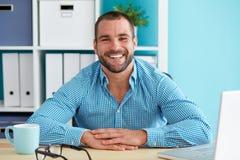微笑的人在现代办公室 免版税库存照片