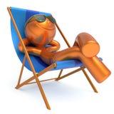 微笑的人松弛海滩轻便折叠躺椅暑假人 皇族释放例证