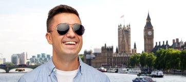 微笑的人的面孔衬衣和太阳镜的 库存照片