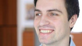 微笑的人,室内 免版税库存照片
