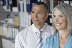 微笑的企业夫妇在办公室 免版税库存图片
