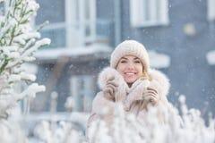 微笑的俏丽的女孩画象房子背景的在一个冬天 库存图片