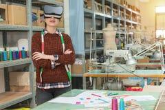 微笑的俏丽的时尚演播室女性设计师 免版税库存照片