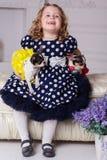 微笑的儿童女孩拿着两条小狗 库存图片