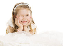 微笑的儿童小女孩画象,哄骗在白色Ba的四年 免版税图库摄影