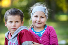 微笑的兄弟和姐妹一起画象,首肩 免版税库存图片