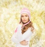 给微笑的冬天妇女年轻人穿衣 免版税库存图片