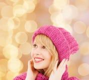 给微笑的冬天妇女年轻人穿衣 库存图片