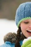 微笑的冬天妇女 免版税库存照片
