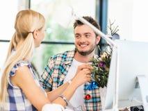 微笑的办公室工作者画象有一点圣诞树的 库存照片