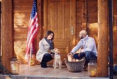 微笑的加上准备木柴的狗 库存照片