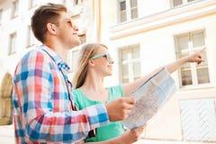 微笑的加上地图和照片照相机在城市 免版税库存图片