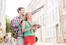 微笑的加上城市指南和背包 免版税库存图片