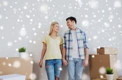 微笑的加上搬到新的家的大箱子 免版税库存图片