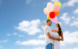 微笑的加上气球户外 免版税库存照片