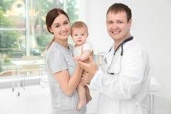 微笑的医生和妇女有婴孩的 免版税库存照片