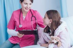 微笑的医生和年轻患者 库存照片