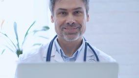 微笑的医生,当看在诊所时的照相机 股票视频